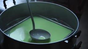 Cozinhar da mistura do coco com farinha vídeos de arquivo
