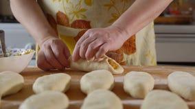 cozinhar Uma mulher cola junto uma torta do rissol filme