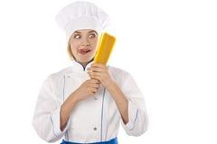 Cozinhe com espaguete nas mãos no fundo branco Fotos de Stock Royalty Free