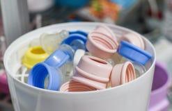 Cozinhe a garrafa do leite - o esterilizador e o secador para esterilizam o bebê fotos de stock royalty free