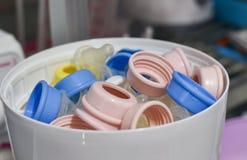 Cozinhe a garrafa do leite - o esterilizador e o secador para esterilizam o bebê foto de stock royalty free
