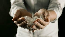 Cozinhe guardar a farinha em suas mãos na cozinha foto de stock royalty free