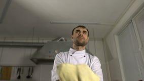 Cozinhe na cozinha que prepara a massa da pizza, manipulando os com mãos vídeos de arquivo