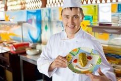Cozinhe o prato da terra arrendada com salada no formulário do sorriso Foto de Stock Royalty Free
