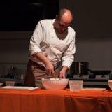 Cozinhe o trabalho em uma receita do vegetariano no festival de Olis em Milão, Itália Fotos de Stock Royalty Free