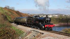 Cozinhe o trem na costa de Devon perto de Paignton vídeos de arquivo
