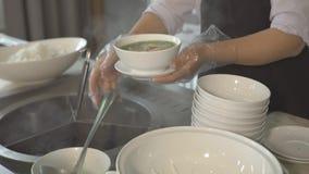 Cozinhe a sopa de derramamento na bacia no bufete quando almoço em todo o restaurante inclusivo da estância r filme