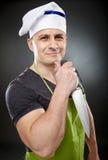 Cozinheiro atrativo do homem que guarda uma faca afiada Imagem de Stock