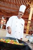 Cozinheiro chefe árabe que frita a carne na bandeja Fotos de Stock