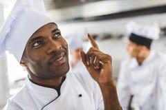 cozinheiro chefe afro-americano considerável que aponta acima fotografia de stock