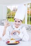 Cozinheiro chefe alegre com alimento na cozinha Fotos de Stock Royalty Free