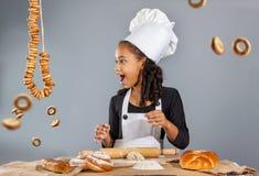 Cozinheiro chefe alegre da menina Fotos de Stock Royalty Free