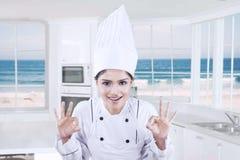 Cozinheiro chefe alegre que mostra o símbolo APROVADO Imagens de Stock
