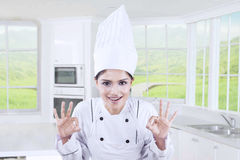 Cozinheiro chefe alegre que mostra o sinal APROVADO Fotografia de Stock