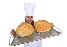 Cozinheiro chefe bonito da mulher com pão Imagem de Stock Royalty Free