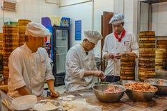 Cozinheiro chefe chinês não identificado Cook e alimento tradicional de comércio no jardim de Yuyuan na área velha da cidade em S imagem de stock