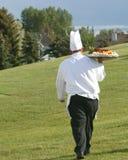 Cozinheiro chefe com a bandeja de alimento foto de stock royalty free