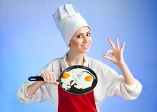 Cozinheiro chefe com bandeja e ovo da fritura fotos de stock royalty free