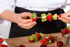 Cozinheiro chefe com frutos Foto de Stock