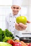 Cozinheiro chefe com maçã fresca Fotos de Stock Royalty Free