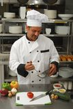 Cozinheiro chefe com vegetais Imagem de Stock Royalty Free