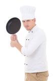 Cozinheiro chefe considerável novo engraçado do homem no uniforme com frigideira do Teflon Fotografia de Stock Royalty Free