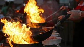 Cozinheiro chefe Cooking de Flambe na cozinha exterior imagem de stock royalty free