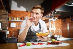 Cozinheiro chefe Cooking Vegetable Salad imagens de stock