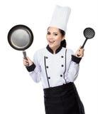 Cozinheiro chefe da jovem mulher na ação Fotos de Stock