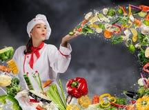 Cozinheiro chefe da jovem mulher que funde o legume fresco imagens de stock royalty free