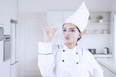 Cozinheiro chefe da jovem mulher que mostra o sinal APROVADO Imagens de Stock Royalty Free