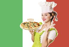 Cozinheiro chefe da mulher que guarda a pizza no fundo italiano da bandeira foto de stock