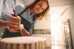 Cozinheiro chefe de pastelaria que faz um bolo delicioso foto de stock royalty free