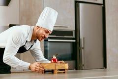 Cozinheiro chefe de pastelaria Working With Dessert imagens de stock royalty free