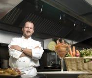 Cozinheiro chefe de sorriso com legumes frescos Fotos de Stock Royalty Free