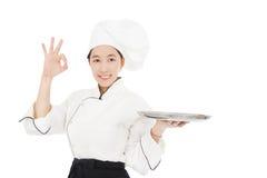 Cozinheiro chefe de sorriso da jovem mulher Fotografia de Stock Royalty Free