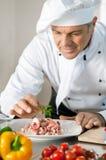 Cozinheiro chefe de sorriso no trabalho Fotos de Stock Royalty Free