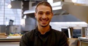 Cozinheiro chefe de sorriso que está com o 4k cruzado braço video estoque