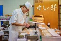 Cozinheiro chefe de sushi japonês Fotos de Stock