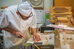 Cozinheiro chefe de sushi japonês Imagem de Stock