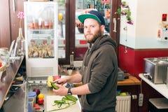 Cozinheiro chefe do fast food que faz o hotdog no snack bar fotos de stock royalty free