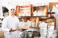 Cozinheiro chefe do homem que guarda a vária farinha Foto de Stock