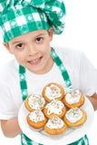 Cozinheiro chefe do rapaz pequeno com queques Imagem de Stock