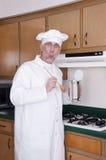Cozinheiro chefe engraçado do cozinheiro que cozinha fora da lata no fogão Imagens de Stock Royalty Free