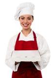 Cozinheiro chefe fêmea asiático atrativo que entrega a pizza imagens de stock