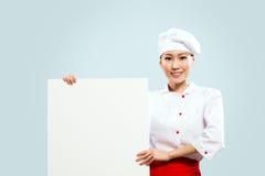 Cozinheiro chefe fêmea asiático que guardara o cartaz para o texto Imagens de Stock Royalty Free
