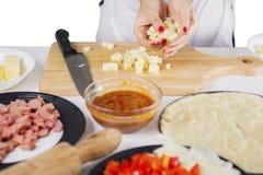 Cozinheiro chefe fêmea desconhecido que guarda a mussarela das fatias Imagem de Stock Royalty Free