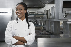 Cozinheiro chefe fêmea In The Kitchen Foto de Stock Royalty Free