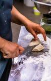 Cozinheiro chefe fêmea Mixing Bread Dough em uma bacia de aço inoxidável para Sel foto de stock royalty free