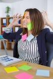 Cozinheiro chefe fêmea no escritório com demasiado trabalho Fotos de Stock